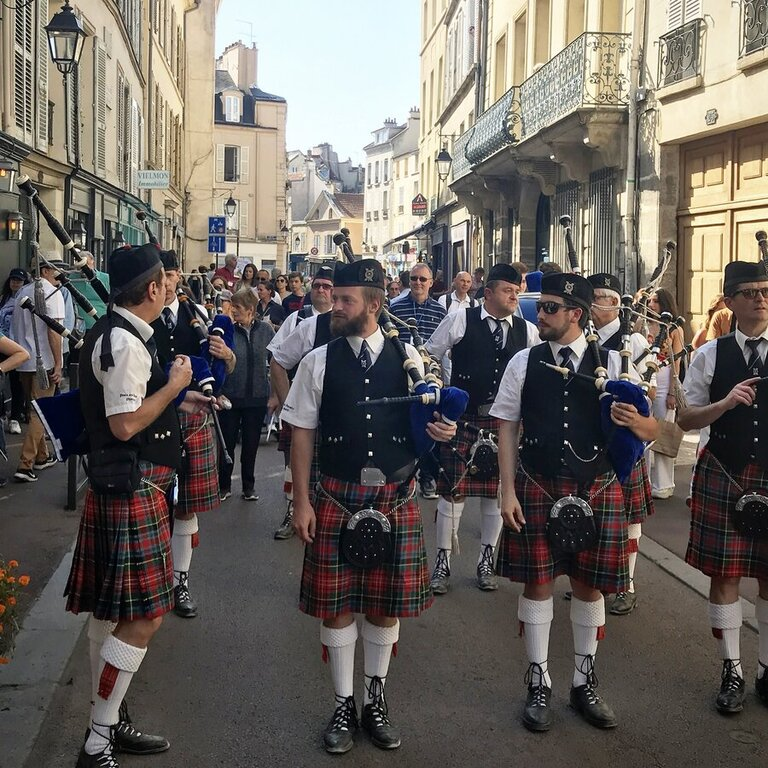scottish pipers on French street